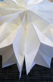 """Schritt 6: ... und dann wie ein Lampion die andere Seite der 1. Tüte rumziehen und auf das """"Klebe-T"""" legen"""