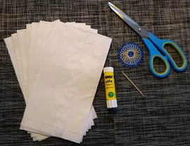 Schritt 1: Ihr braucht 8 Papiertüten, einen Klebestift, eine Schere, einen Zahnstocher und etwas Faden